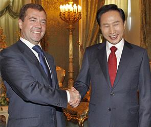 Дмитрий Медведев и Ли Мен Бак. Фото: ИТАР-ТАСС