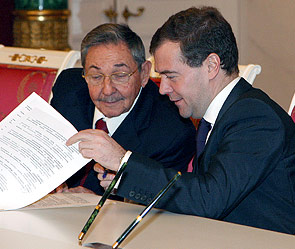 Рауль Кастро и Дмитрий Медведев. Фото: ИТАР-ТАСС