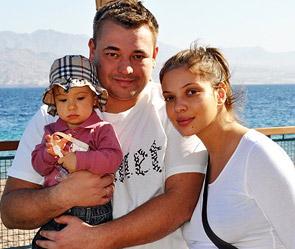 Сергей Жуков с женой Региной и первым ребенком. Фото: личный архив певца