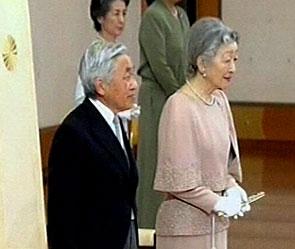Император японии навестил жертв