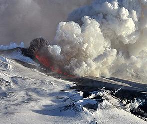 Лава из проснувшегося вулкана Плоский Толбачик перекрыла проселочную дорогу к...