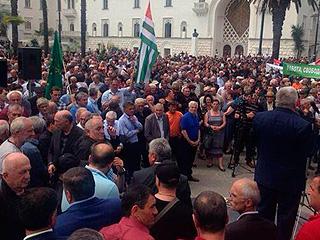 В Абхазии штурмуют администрацию президента