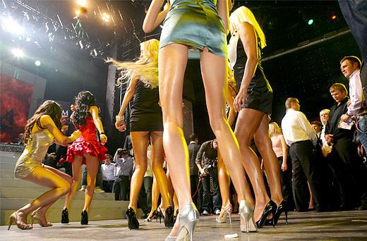 В одном из конкурсов участницы продемонстрировали жюри свои танцевальные умения... (фото: Александр Шапунов)