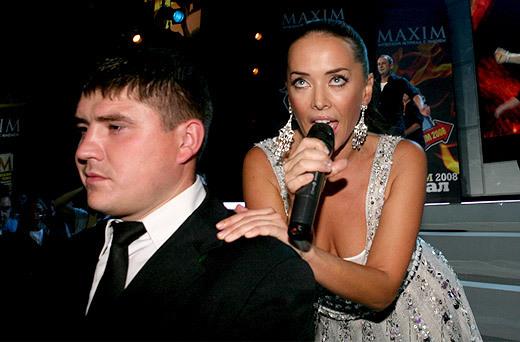 Лишь только секьюрити не поддался чарам певицы... (фото: Александр Шапунов)
