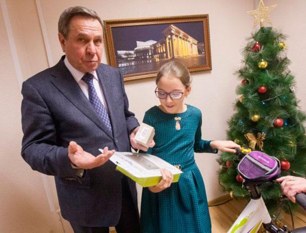 Школьнице из Новосибирской области президент подарил велосипед