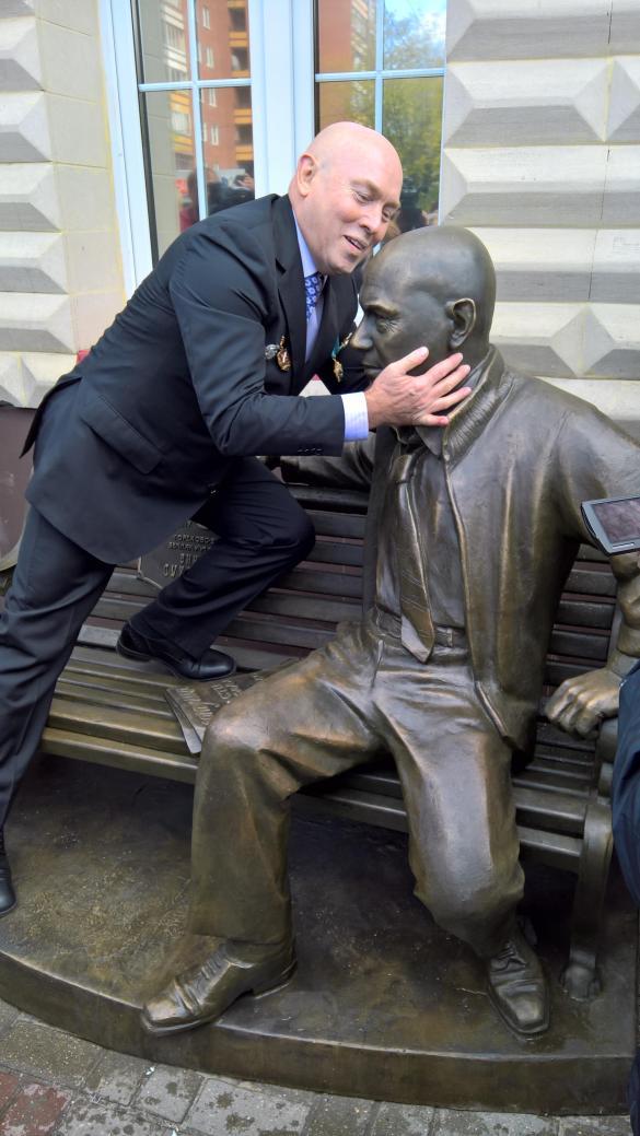 Памятник виктору сухорукову в орехово зуево памятники на могилу уфа цены иваново
