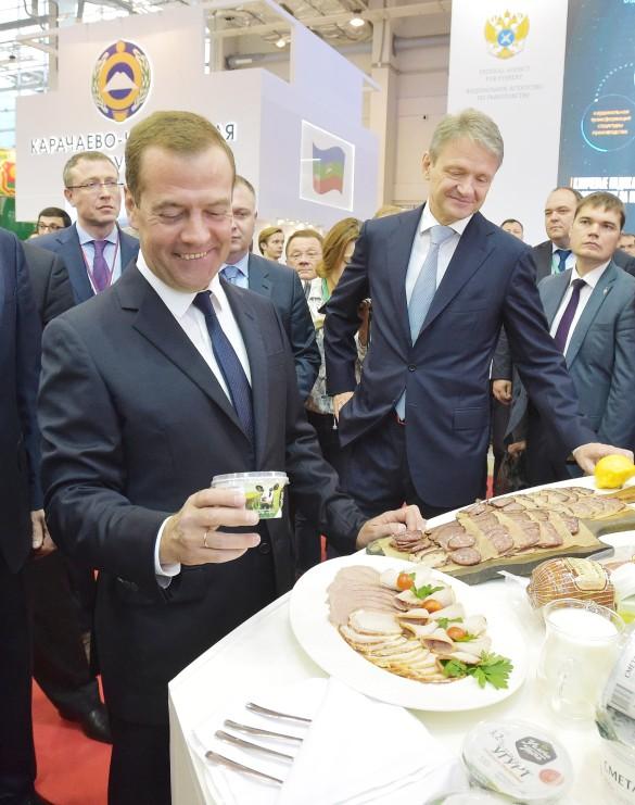 Медведев заел мордовский пармезан караваем иотказался отторта «Москва»