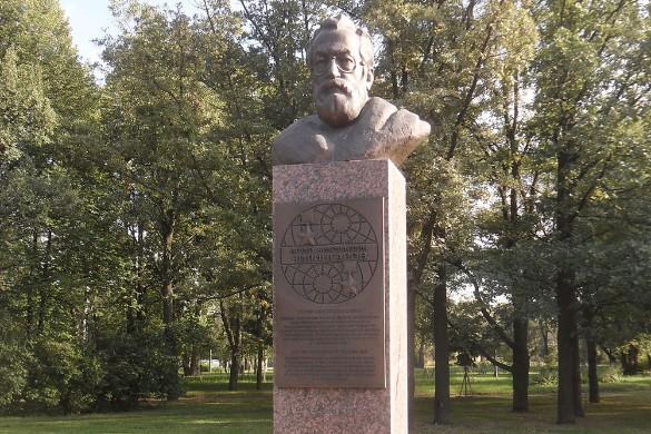 Прижизненный бюст Артуру Чилингарову. Фото: wikipedia.org