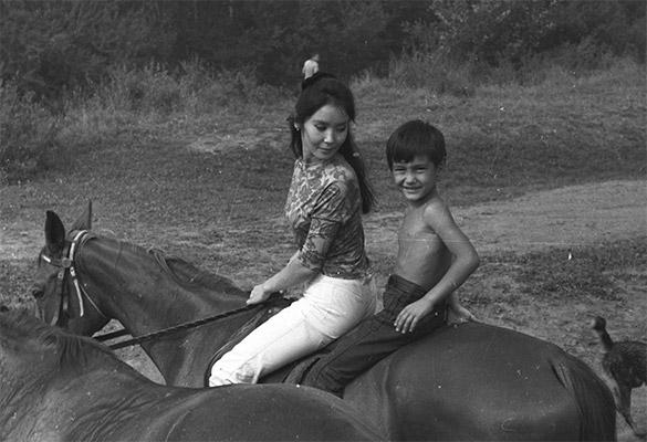 Егор Кончаловский с мамой Натальей Аринбасаровой. 1972 г.  Фото: GLOBAL LOOK press/Igor Gnevashev