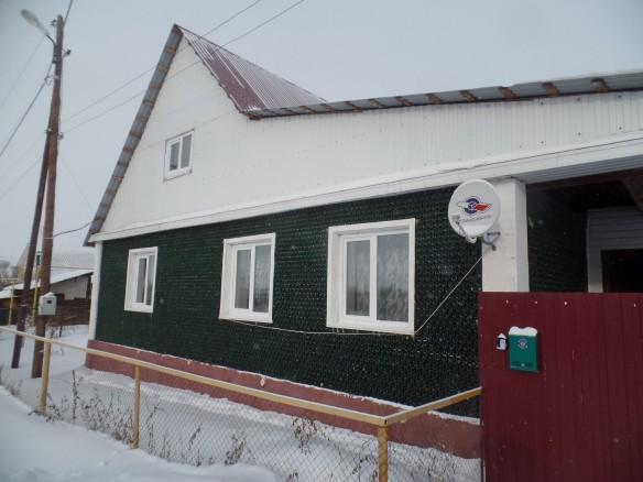 Гражданин Челябинска построил дом из12 тыс. бутылок отшампанского