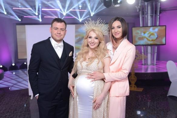 Ольга Бузова многозначительно погладила беременный живот
