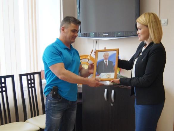 Вручение подарка Дмитрию Котенко. Фото: admnvrsk.ru