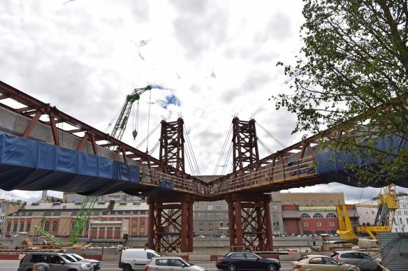 Парящий мост вмосковском парке «Зарядье» освобождают отстроительных лесов