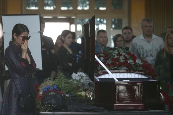Александра Куцевол у гроба Олега Яковлева Фото: Сергей Бобылев/ТАСС