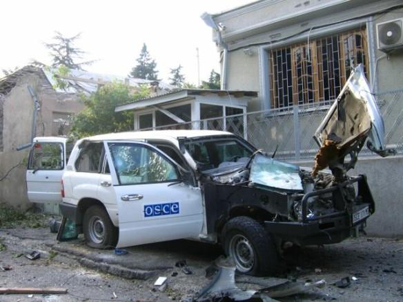 Повреждённый автомобиль у здания миссии ОБСЕ в Цхинвале. Фото: wikipedia.org