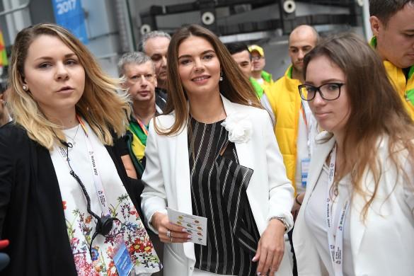 Алина Кабаева (в центре). Фото: Донат Сорокин/ТАСС