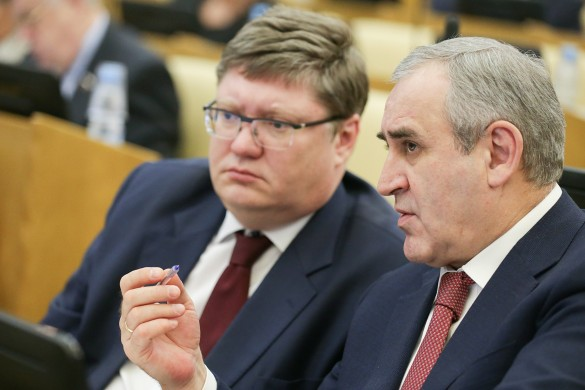 Андрей Исаев и вице-спикер Госдумы РФ Сергей Неверов. Фото: Анна Исакова/ТАСС