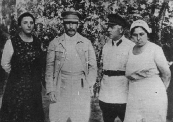 Иосиф Сталин с женой Надеждой Аллилуевой и Климент Ворошилов и женой Екатериной. Фото: wikipedia.org