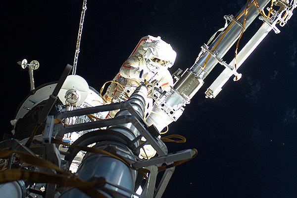 Персонал МКС не может покинуть орбиту