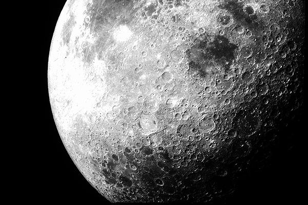 Луну окутало гигантское облако