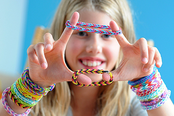 Мальчик плетёт браслеты