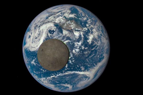 Обратную сторону Луны сняли на фоне Земли