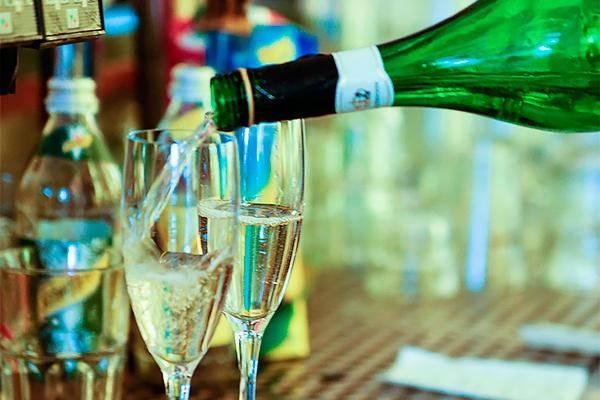 Бутылка шампанского кНовому году будет стоить минимум 164 рубля