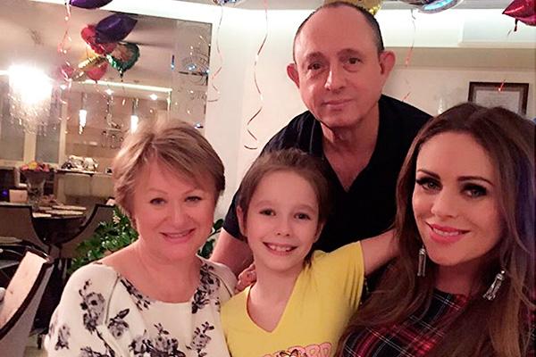 Юлия Началова (справа) с семьей. Фото: instagram.com/julianachalova