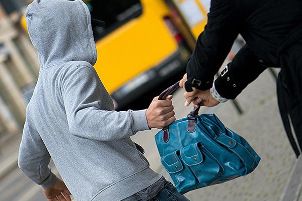 вытащили из бентли сумочку