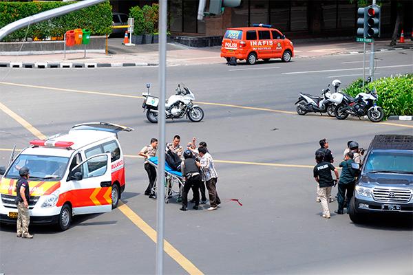 Исламские террористы изгруппировки взяли насебя ответственность завзрывы вДжакарте