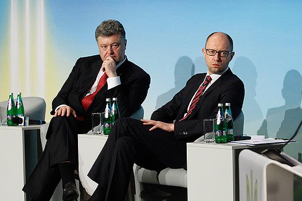 Яценюк «упросил» Порошенко остаться напосту премьера