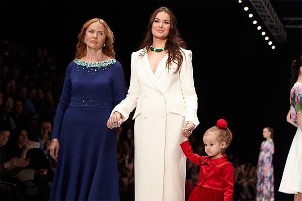 Оксана Федорова с мамой и дочкой