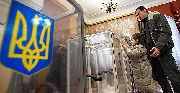 Выборы на Украине начались со скандала