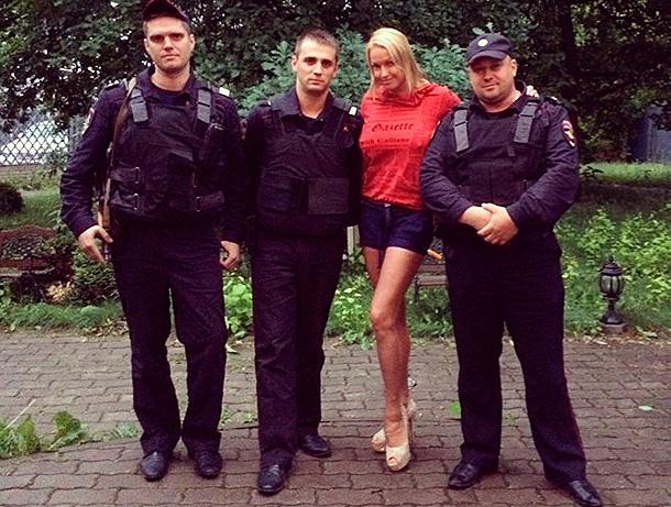 В дом Волочковой нагрянула полиция