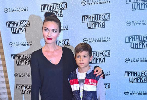 Юлия Такшина с сыном. Фото: Феликс Грозданов/Дни.Ру