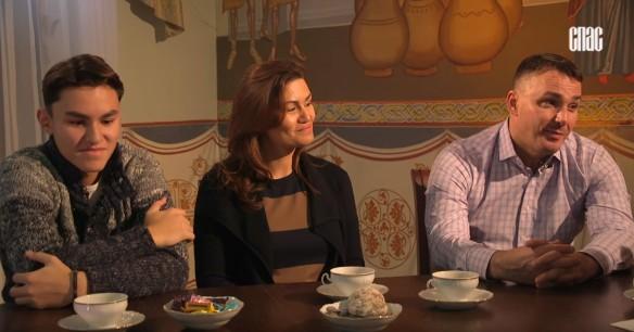 Кирилл Андреев с женой Лолой и сыном. Фото: кадр youtube.com