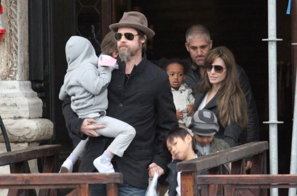 Анджелина Джоли и Брэд Питт с детьми. Фото: GLOBAL LOOK press/MarcoBuso