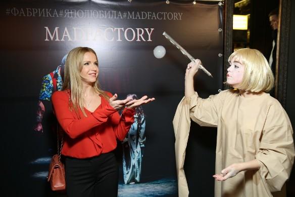 """Юлия Михальчик и клоун. Фото: пресс-служба группы """"Фабрика"""""""
