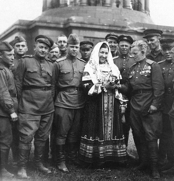 Лидия Русланова и военнослужащие Красной армии в Берлине. Фото: ru.wikipedia.org