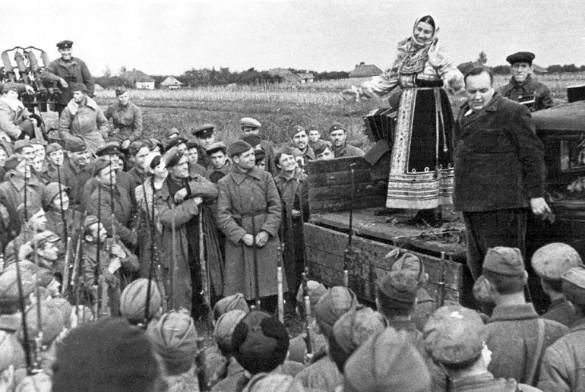 Лидия Русланова на фронтовом концерте. Фото: ru.wikipedia.org