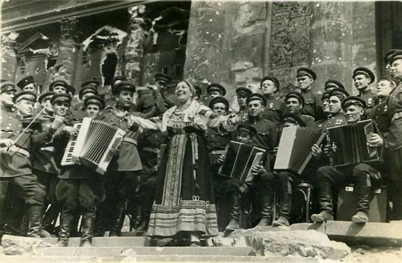Лидия Русланова у стен Рейхстага. Фото: ru.wikipedia.org