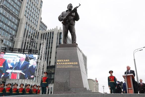 Памятник Михаилу Калашникову в Москве. Фото: Валерий Шарифулин/ТАСС