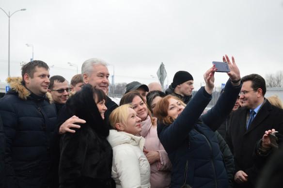 Сергей Собянин с жителями. Фото: Иван Прошкин/Dni.Ru