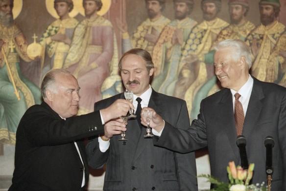 Александр Лукашенко (в центре), Президент РФ Борис Ельцин (справа) и Премьер-министр РФ Виктор Черномырдин. Фото: Сенцов Александр/Фотохроника ТАС