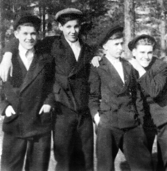 Борис Ельцин (второй слева) Фото: wikipedia.org