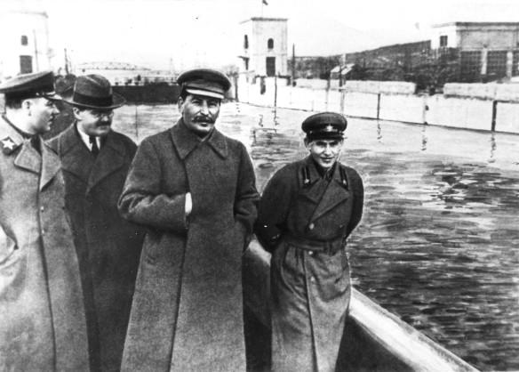 Иосиф Сталин (в центре) и Николай Ежов (справа). Фото: wikipedia.org