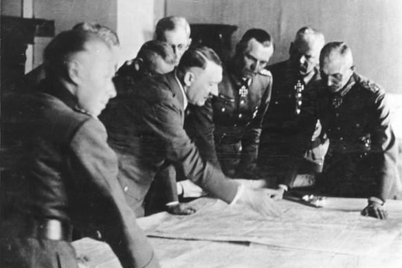 Адольф Гитлер (в центре). Фото: wikipedia.org