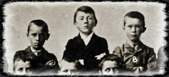 Гитлер (в центре) с одноклассниками. Фото: ru.wikipedia.org
