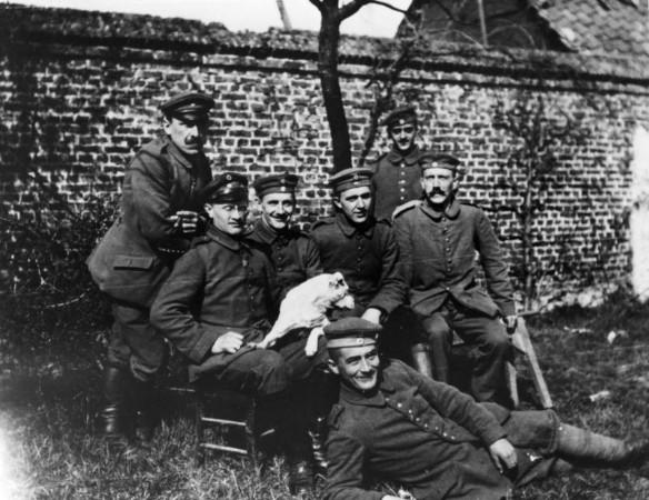 Гитлер во время Первой мировой войны (крайний справа). Фото: ru.wikipedia.org