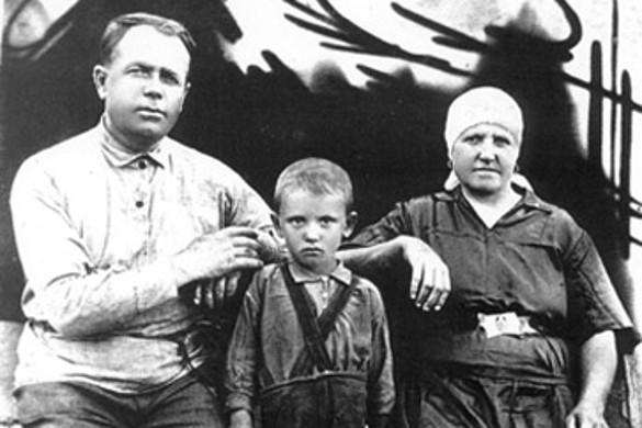 Миша Горбачев с дедом Пантелеем Ефимовичем Гопкало (1894—1953) и бабушкой Василисой Лукьяновной Гопкало. Фото: wikipedia.org
